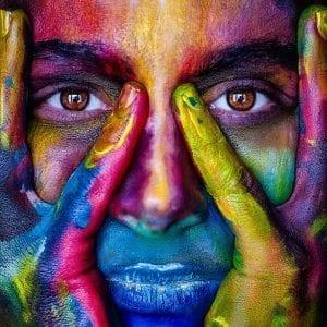 Visage de femme peint de couleurs vives
